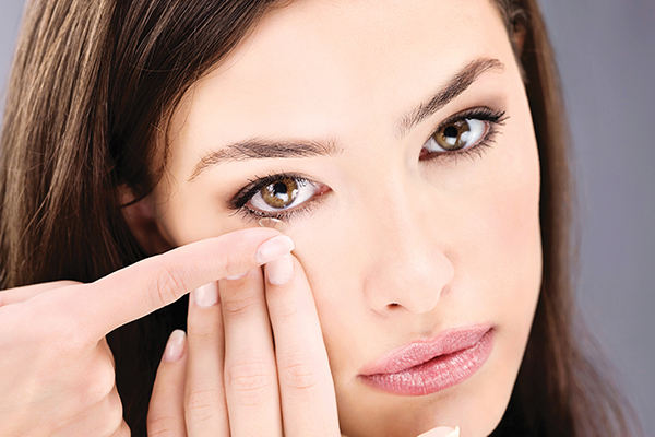 is it advisable to wear makeup while using contact lenses?
