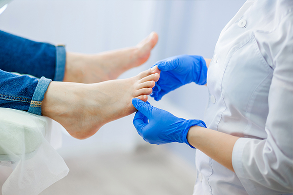how is athlete's foot diagnosed?