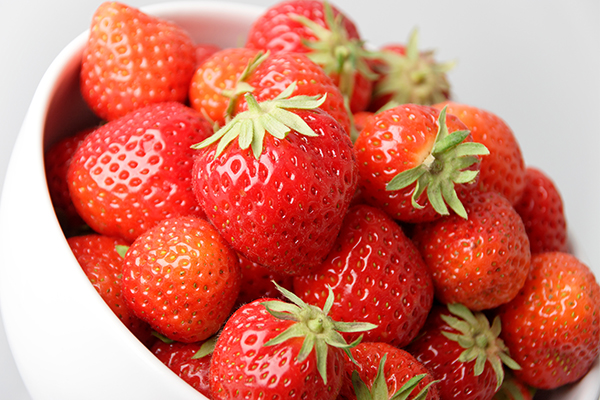 do strawberries promote dental health?