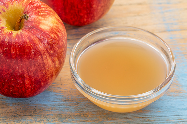 apple cider vinegar can help tighten skin pores