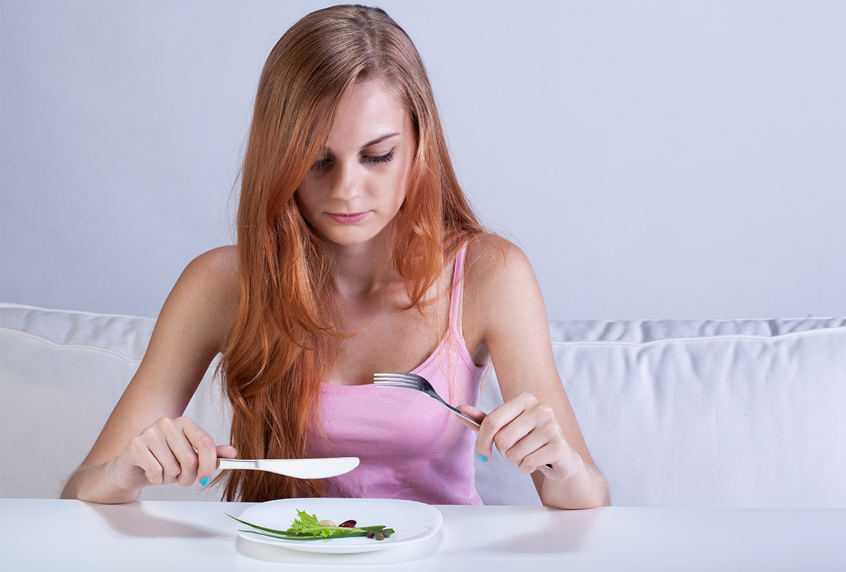 a dietitian helps manage eating disorders