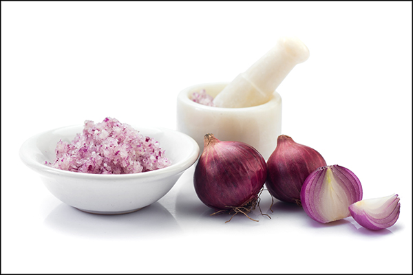 using onion juice for improved hair care